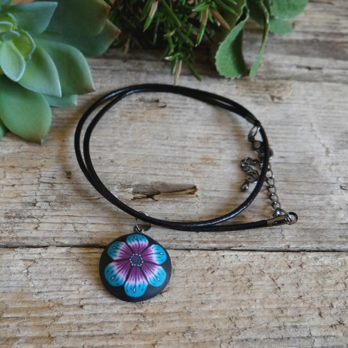 Črna verižica z obeskom turkizne rožice na usnjeni vrvici