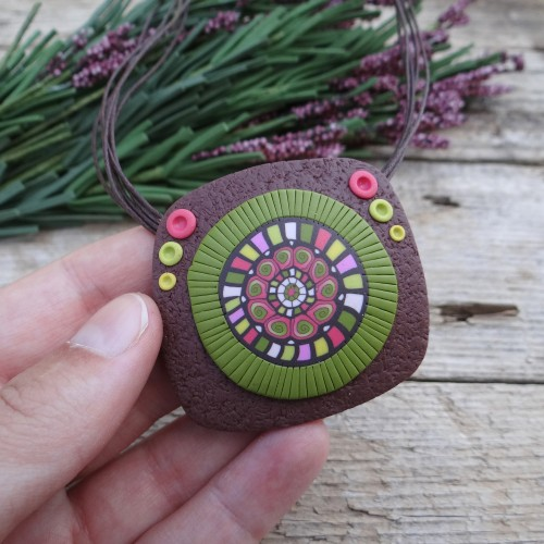 Short Earthy Pendant Necklace with a Colorful Pattern
