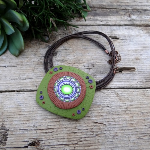 Short Green and Brown Pendant Necklace
